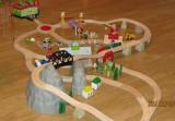 Dřevěné vláčky - inspirace BigJigs vláčkodráha hora + depo + koleje had + Maxim závory