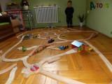 Dřevěné vláčky - inspirace vláčkodráha přes celý pokojík :-)