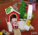 Dřevěné vláčky - inspirace zapojená vánoční stanice s jeřábem